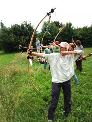 Jasmin Schlimm-Thierjung beim Bogenschießen