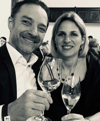 Jasmin & Petter bei einem Glas Wein