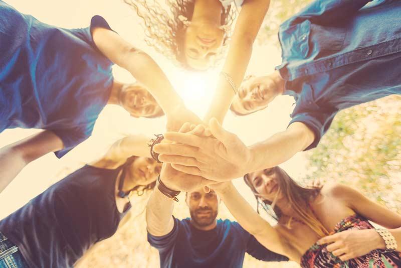 Seminar-Gruppe legt die Hände aufeinander