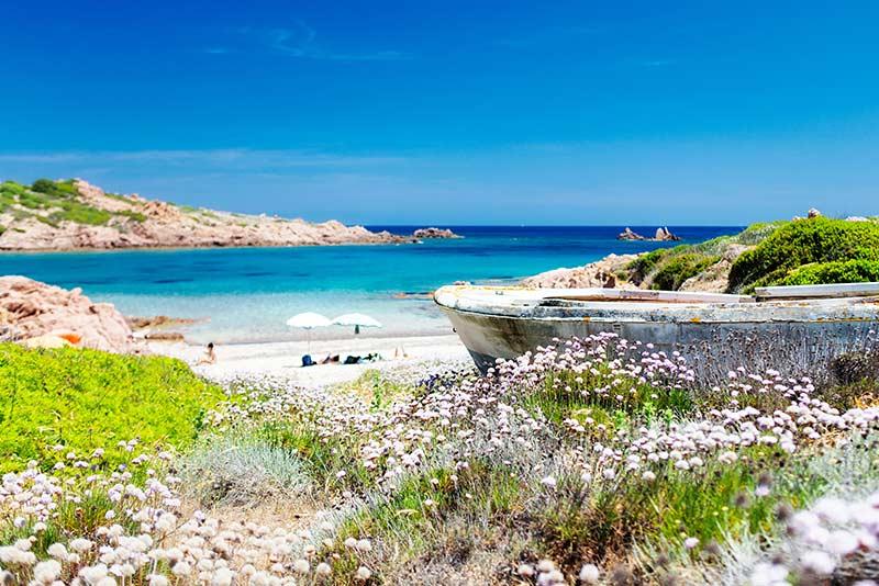 Strand und blaues Wasser in Spanien