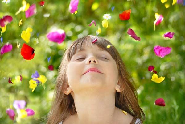 Kind geniesst die Natur