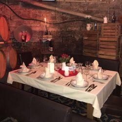 gedeckter Tisch im Weinkeller