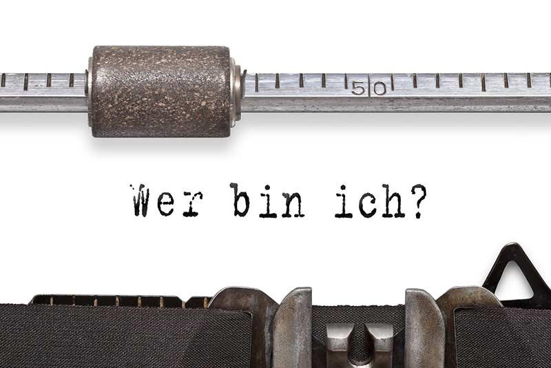 Schriftzug mit der Schreibmaschine: Wer bin ich?