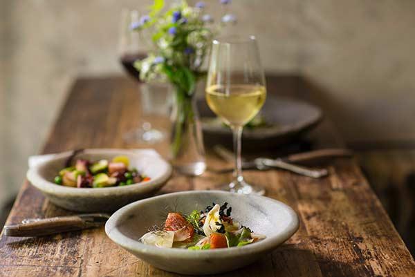 Essen auf dem Tisch und ein Glas Wein